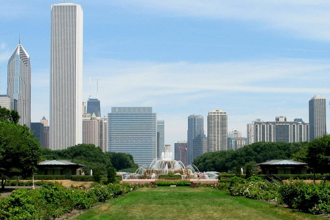 Grant Park / Buckingham Fountain (foreground) with Chicago skyline