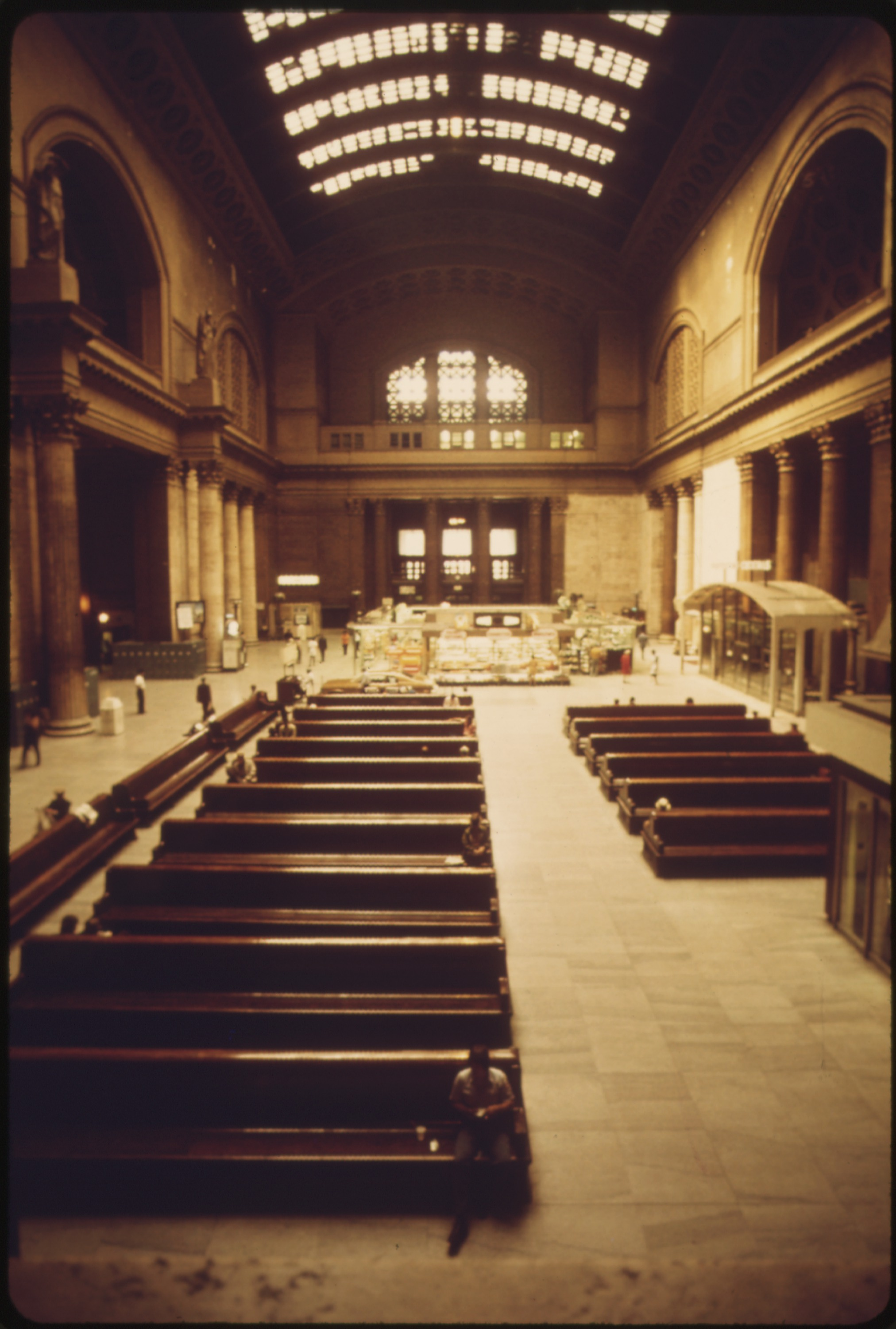 MASSIVE_WOODEN_BENCHES_FIT_IN_WITH_THE_ARCHITECTURE_OF_THE_INTERIOR_OF_CHICAGO'S_UNION_STATION._THE_TERMINAL_IS_ONE..._-_NARA_-_556069