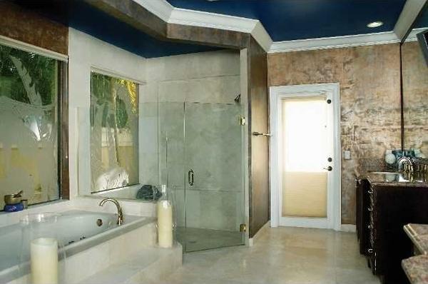 Ariana-Grande-home-bath-600