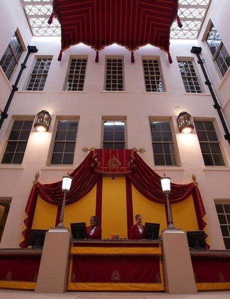 item2.rendition.slideshowVertical.kensington-palace-03-white-court