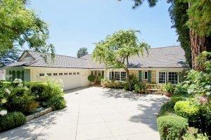 Emma-Stone-Andrew-Garfeild-new-home-Beverly-Hills-2-300x199