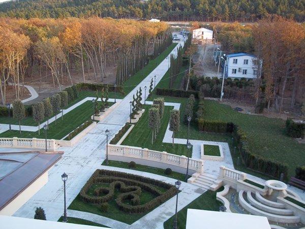 Putin_palace_lawn