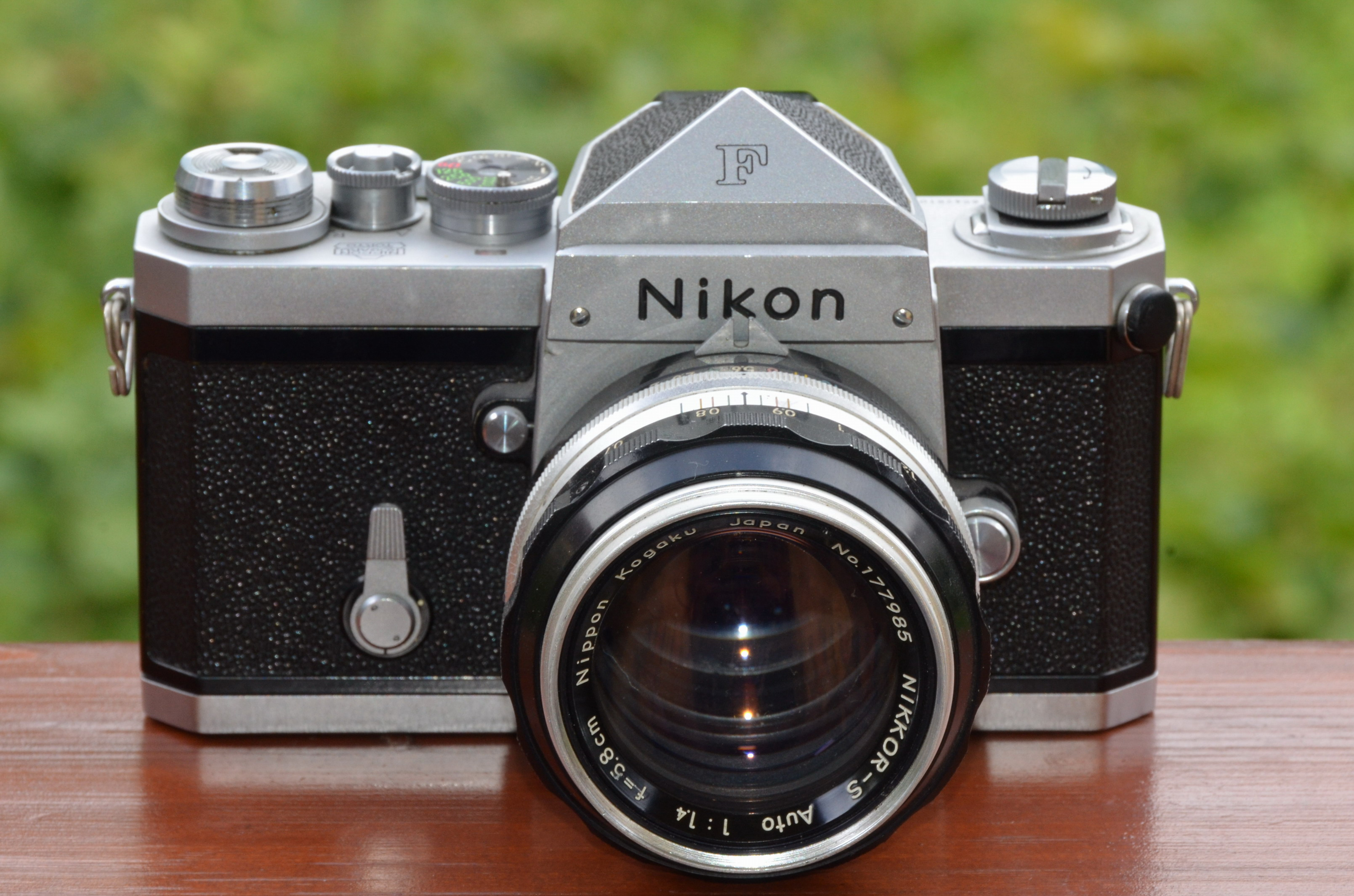 Nikon_F_SLR_camera_with_NIKKOR-S_Auto_1,4_f=5,8cm